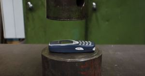 hydraulic-press-vs-classic-nokia-3310